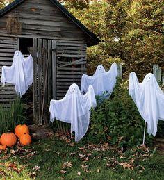 Ghosts in the yard Outdoor Halloween decorations #LoveHalloween.