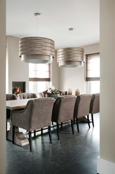 "Foto: Hagemeier Fotografie - ""Stijlvol Wonen"" ‐ © Sanoma Regional Belgium N. Dining Room Table Centerpieces, Dinning Chairs, Dining Furniture, Dining Room Paint Colors, Interior Decorating, Interior Design, Dining Room Lighting, Home Decor Inspiration, Cheap Home Decor"