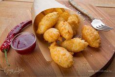 Подаем французскую закуску из сыра горячей. Эти сырные шарики получаются легкими, воздушными и отлично подойдут к вину.