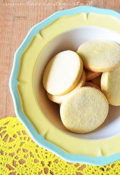 I Biscotti al limone senza burro, sono dei biscotti dal gusto delicato, senza burro, realizzati con olio extravergine e liquore al limone. Aromatici e profumati i Biscotti al limone senza burro so...