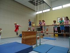 Kinderturnen Parkour, Physical Therapy, Physical Education, Toddler Gym, Sport Hall, Sensory Integration, School Games, Kids Sports, Experiential