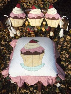 .Capa para cadeira cupcake: Fabric Crafts, Sewing Crafts, Sewing Projects, Diy Projects To Try, Crafts To Make, Chair Covers, Machine Embroidery, Baby Car Seats, Christmas Decorations