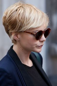 Carey Mulligan's pixie cut Carey Mulligans Pixie-Schnitt Round Face Haircuts, Hairstyles For Round Faces, Older Women Hairstyles, Afro Hairstyles, Hairstyle Short, Woman Hairstyles, Wedding Hairstyles, Pretty Hairstyles, Long Pixie Hairstyles