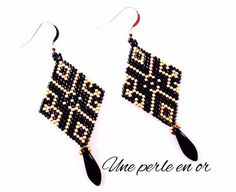 diamond shaped earrings black and gold arabesque patterns. Seed Bead Jewelry, Bead Jewellery, Seed Bead Earrings, Diy Earrings, Beaded Jewelry, Handmade Jewelry, Diamond Earrings, Native Beading Patterns, Beaded Earrings Patterns