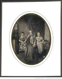 [Portrait de femme entourée de deux petites filles] : [photographie] / E…
