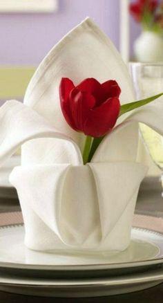 Tischdeko zum Valentinstag Lovely Napkin fold with fresh tulip flower. Tischdeko zum Valentinstag Lovely Napkin fold with fresh tulip flower. Ostern Party, Beautiful Table Settings, Decoration Table, Table Centerpieces, Dinner Table, Dinner Napkins, Napkin Rings, Folding Napkins, How To Fold Napkins