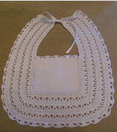 LE GATTE COI TACCHI: Schemi Bavaglini all'uncinetto Crochet Baby Bibs, Crochet Fabric, Crochet Baby Clothes, Love Crochet, Baby Blanket Crochet, Knit Crochet, Crochet Stitches Patterns, Baby Knitting Patterns, Stitch Patterns