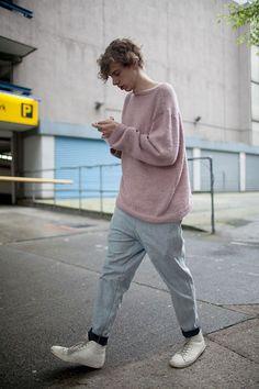 ピンクセーター×グレーパンツ×白ハイカットスニーカー
