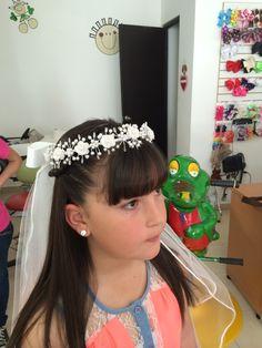 Peinado y su corona.