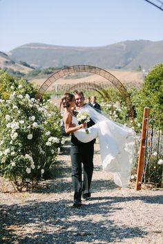 Jessie & Connor - California Wedding http://caratsandcake.com/jessieandconnor