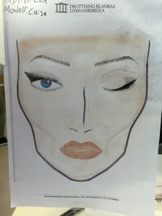 26/11-15 ANSIKTSKORTET:  Det jag tycker blev bra och att man ser att jag utvecklats är högra ögat, globskuggan och eyelinern. Har fortfarande mycket kvar att lära men det är det jag tyckte att man såg att jag utvecklades. Även om ögonbrynen inte blev den bästa så tycker jag att man även där ser att jag utvecklas för varje ansiktskort.  Det jag tyckte blev mindre bra är vänstra ögat, eyelinern och underfransarna spec, eyelinern ligger inte riktigt där jag ville ha de utan vingen skulle börja…