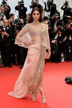 L'attrice indiana Sonam Kapoor con un abito in tulle e pizzo color carne