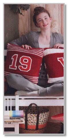 Вязание спицами. Две двухцветные подушки с аппликациями. Размеры 41 х 41 см