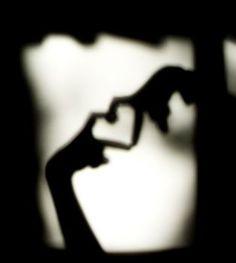Scavo nel cuore / alla ricerca delle tue parole // Son tutte li / non ne manca nessuna // Echi del passato / che vivido torna a farsi sentire / per cuore ancor ferire // Son tutte li / non ne manca nessuna / eppur carezzar le voglio / una ad una