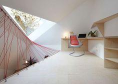 赤いネットがアクセントな自由な形の吹き抜けでつながるオフィス:こんなオフィスで働きたい!
