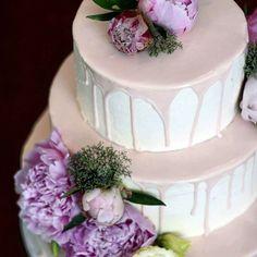 Delikatnie różowy tort z piwoniami, w środku prażone orzechy w karmelu i karmel  #cake #cakestagram #wedding #weddingcake…