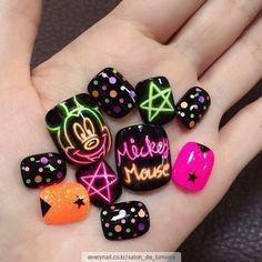80 ideas to create the best Halloween nail decoration - My Nails Feet Nail Design, Mickey Nails, Airbrush Nails, Acrylic Nail Powder, Queen Nails, Finger, Hot Nails, Nail Decorations, Fabulous Nails