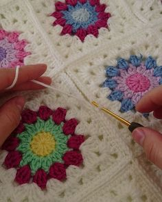 Crochet - how to join granny squares - how to seam in crocheth my goodness, Beautiful work indeed! Crochet Blocks, Granny Square Crochet Pattern, Crochet Flower Patterns, Crochet Blanket Patterns, Crochet Motif, Crochet Yarn, Crochet Flowers, Crochet Stitches, Knitting Patterns