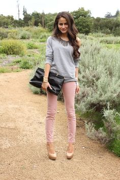 light pink skinnies and gray Pink Jeans Outfit, Colored Pants Outfits, Gray Top Outfit, Pink Shorts, Shirt Outfit, Fall Fashion Trends, Winter Fashion, Women's Fashion, Fashion Outfits