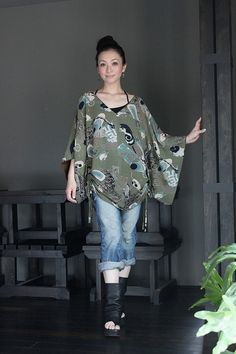 画像: キモノスリーブVネックチュニック Modern Japanese Clothing, Modern Kimono, Kimono Fabric, Kimono Dress, Comfortable Fashion, Comfortable Outfits, Kimono Fashion, Fashion Outfits, Womens Fashion