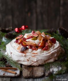 Julens pavlova | Kanelpavlova med krydret vinterfrukt