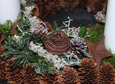 Årets adventskrans Christmas Wreaths, Table Decorations, Holiday Decor, Home Decor, Flowers, Lily, Christmas, Decoration Home, Room Decor