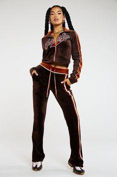 Black 90s Fashion, Brown Fashion, Mode Streetwear, Streetwear Fashion, Velvet Tracksuit, 2000s Fashion Trends, Brown Zip Ups, Joggers Outfit, Velour Jackets