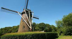 Denk je aan Nederland dan denk je aan klompen, tulpen en molens. Op dit moment zijn er nog maar duizend in Nederland. Een aantal hiervan is geschikt gemaakt voor bewoning. Maar er is er maar één te huur als vakantiehuis voor groepen! #origineelovernachten #reizen #origineel #overnachten #slapen #vakantie #opreis #travel #uniek #bijzonder #slapen #hotel #bedandbreakfast #hostel #camping #molen
