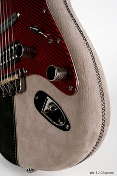 Samaria Guitars Faith by Georg Beïs. Nappa leather black, nubuk leather stone gray with contrast seems