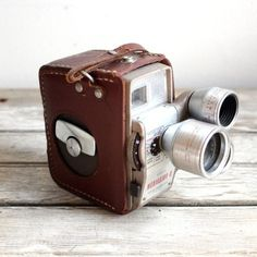 I love and collect all kind of vintage cameras especially when they come in their own leather case Vintage Kodak Medallion 8 Movie camera Antique Cameras, Old Cameras, Vintage Cameras, Vintage Props, Vintage Men, Photo Girly, Camera Photos, Kinds Of Camera, Photo Deco
