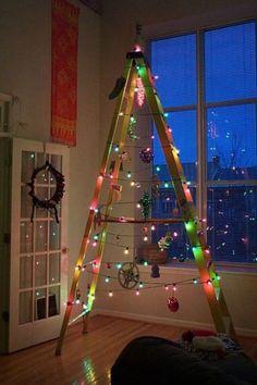 Árvore de Natal com escada e pisca-pisca