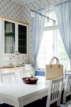 Finnish modern dining room in Hanko, Finland | Valkoista, kultaa ja hangonsinistä | Koti ja keittiö
