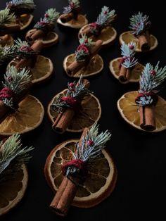 Orange and Cinnamon Stick Ornaments Natural Christmas, Simple Christmas, Christmas Holidays, Xmas, Homemade Christmas Decorations, Diy Christmas Ornaments, Yule, Dried Oranges, Dried Fruit