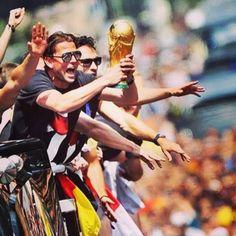 La festa della #Germania a #Berlino per la vittoria della Coppa del Mondo! I tifosi accolgono i loro beniamini!  #Germany's celebrations after having won the #WorldCup. The fans party with their heroes in #Berlin.