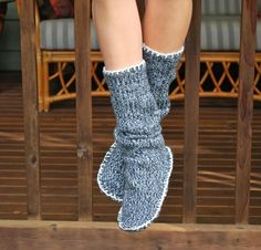 Ecco cos'altro si può ricavare da un vecchio maglione: Degli stivali pantofola!!! Un'idea carina e utilissima che si realizza con pochi materiali e in breve tempo!