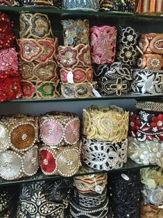 El blog de Georgina: Estamos aquí.... Bead Embroidery Patterns, Beaded Embroidery, Sewing Patterns, Diy Fabric Jewellery, Textile Jewelry, Burgundy Bag, Woven Belt, Sewing Lessons, Passementerie