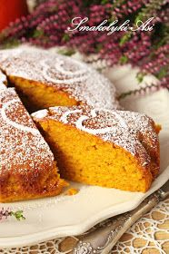 Choć jest to ciasto dyniowe wcale nie czuć w nim dyni. Ale dzięki niej zyskuje ono piękny złoty kolor. Ciasto jest niezwykle wilgotne, deli...
