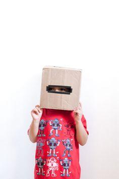 DIY: cardboard robot head - I would totally make this for my son… very easy. Cómo hacer una cabeza de robot con una caja de cartón Diy For Kids, Crafts For Kids, Arts And Crafts, Cardboard Robot, Crafting, Costumes, Halloween, Easy, Thrift Clothes