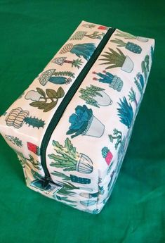[TUTO] Toiletry bag – L'atelier des Gourdes – ………. Coin Couture, Couture Sewing, Diy Trousse, Tricot Baby, Sewing Online, Sewing Kit, Bags Sewing, Toiletry Bag, Sewing Projects