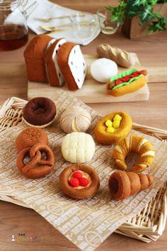 パンやさんごっこ(フェルトままごとブック) Felt Crafts, Diy And Crafts, Felt Play Food, Food Stands, Toy Kitchen, Food N, Diy Art, Diy For Kids, Sewing Projects