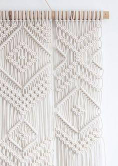 VENTA de LIQUIDACIÓN - 20% de DESCUENTO *** solo 1 en stock! Este colgante de pared de macrame es anudada a mano con cordón de algodón 100% (trenzado, 5mm) en color natural natural bambú varilla de apoyo. Dimensiones aprox. > Ancho: 86cm/34 pulgadas Longitud: 120cm/47 pulgadas
