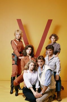 Jane Badler, Marc Singer, Faye Grant, June Chadwick, Blair Tefkin and Jeff Yagher in V (1984)