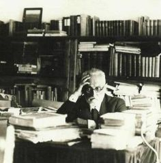 Miguel de Unamuno Celebrity Books, Writers Desk, Sense Of Life, World Of Books, Teaching Spanish, Creative Writing, Nonfiction, Reading Chairs, Day Quotes