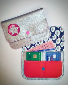 Dangerous well being issues have left me a couple of weeks … (the time to have my machines overhauled) … and right here I'm once more! Pochette Diy, Sew Wallet, Small Sewing Projects, Diy Papier, Creation Couture, Diy And Crafts, Coin Purse, Crochet, Leather