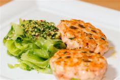 SIE hat sich's ja zum Vorsatz gemacht, SEINER ketogenen Ernährung zum Trotz nicht nur von Fleisch und Salat und Salat und Fleisch zu leben, weshalb die Rezeptesammlung mittlerweile nahezu unüberschaubar ist. Daher gibt's bei uns selten ein Gericht doppelt - mit einigen wenigen Ausnahmen und die Lachspflanzerl gehören dazu. Sie sind nicht nur schnell gemacht, sondern auch eine Alternative zum Fischfilet aus der Pfanne oder dem Backofen.