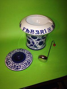 Collezionismo pubblicitario. Vaso Amarena Fabbri Bologna. Ceramica di Faenza. Ottimo stato. Completo di mestolo. Blu cobalto e bianco. Vintage.