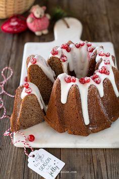La Gingerbread cake è la torta di Pan di zenzero simbolo del Natale dei paesi anglosassoni, una torta da credenza umida, profumata e buonissima, perfetta anche per concludere un pasto in dolcezza. Questa ricetta mi ha conquistata subito al primo morso e così ho deciso di condividerla con voi; la pa