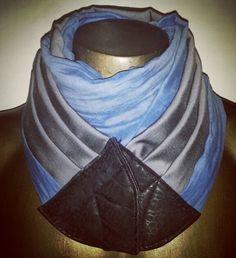 Sciarpa uomo in lana, seta, cotone e viscosa grigio/azzurro, con chiusura in pelle etica e calamita.