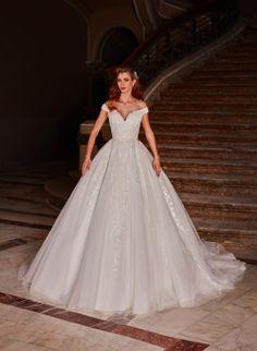 Cel mai nou trend se combina cu cele mai clasice linii ai pentru a crea aceasta rochie de mireasa tip printesa, cu talie accentuata si decolteu în V. Un design senzational care face ca spatele sa dispara într-un decolteu seducator. The Bride, All Things, Wedding Gowns, Fashion, Homecoming Dresses Straps, Moda, Bridal Gowns, Bride Dresses, Fashion Styles