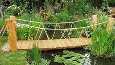 pont de jardin en bois avec un bassin de jardin et nénuphars